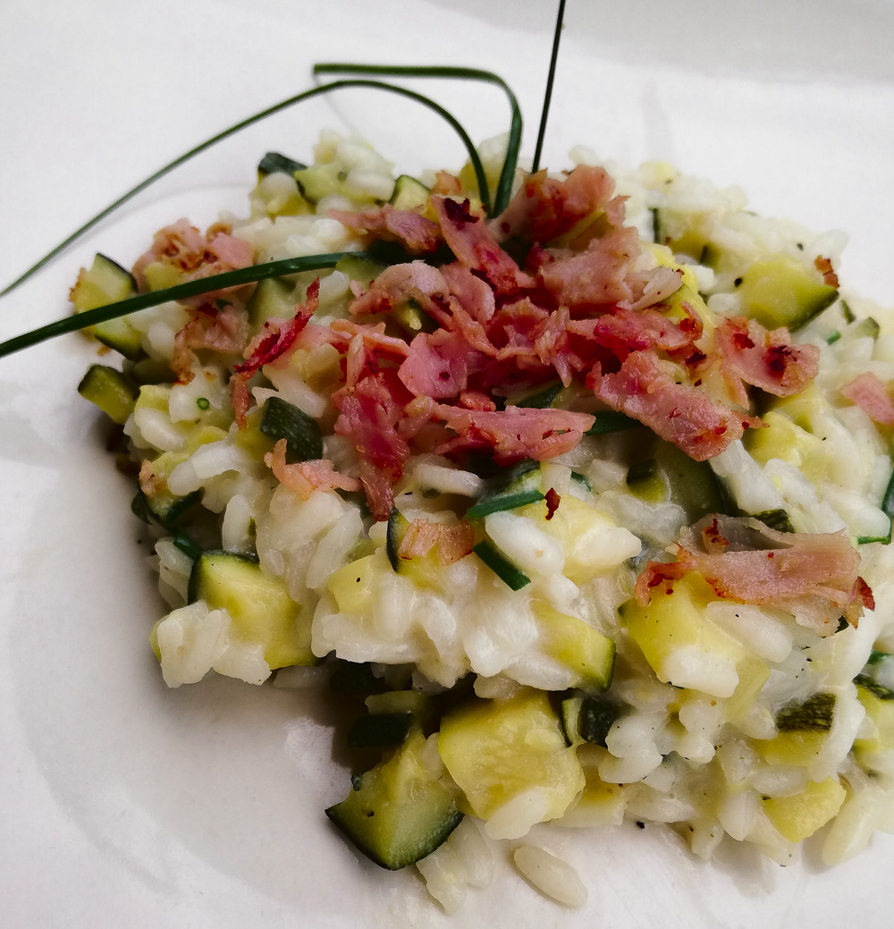 risotto caprino e zucchine con crumble prosciutto cotto